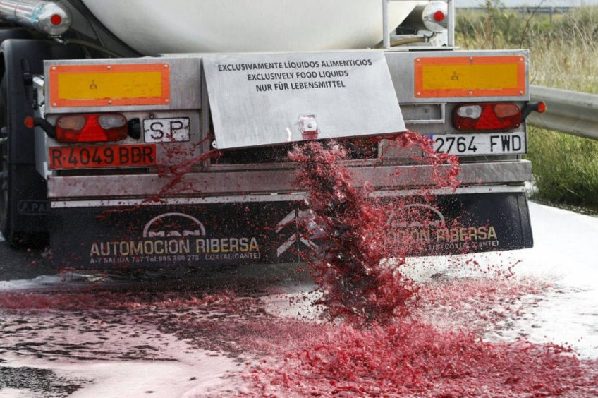 «Los franceses atacan los camiones porque no pueden competir con nuestro vino»