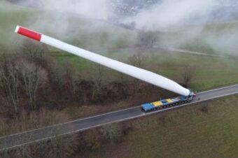 Espectacular transporte por carretera de una pala eólica gigante